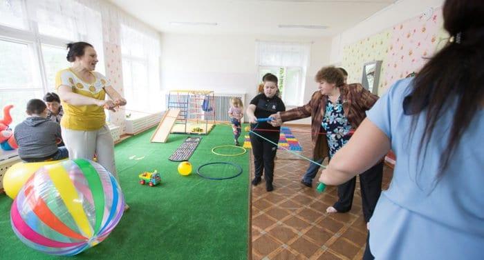 Волонтеров попросили рассказать о проблемах в работе с детскими соцучреждениями