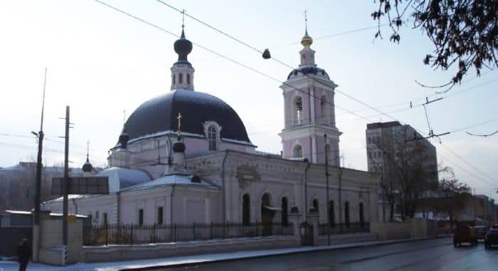 Два человека пострадали при нападении мужчины с ножом на храм святителя Николая в Покровском
