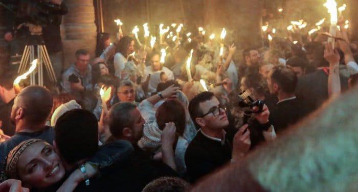 Коронавирус не помешает церемонии схождения Благодатного огня, считают в Церкви