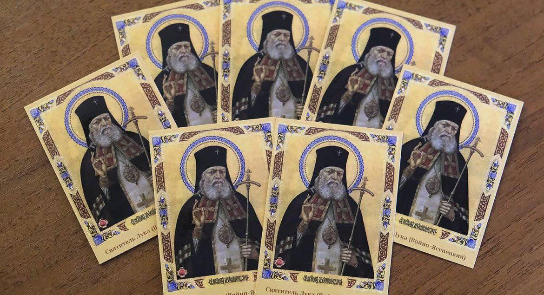 Духовенство поддержало красноярских медиков, передав им иконки святителя Луки