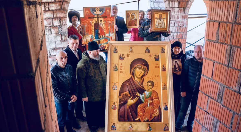 Петербург объехали с Иверской иконой и молитвами против коронавируса