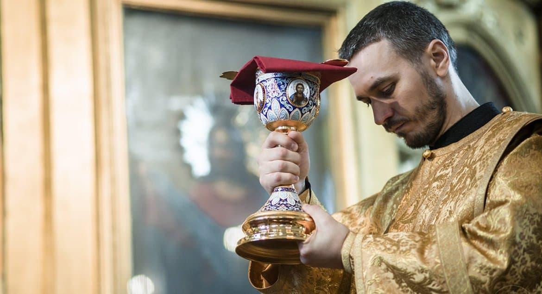 Духовенству Москвы разъяснили, как совершать таинства и богослужения во время коронавируса