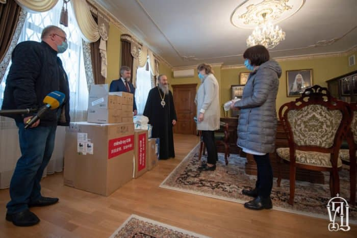 Митрополит Онуфрий передал больнице Киева аппарат ИВЛ и средства защиты