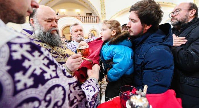 Священник напомнил обвиняющим Церковь в маловерии, что она причащает даже во время коронавируса