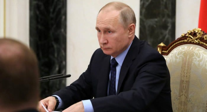 Владимир Путин поручил наградить сотрудников гимназии в Казани, спасавших детей