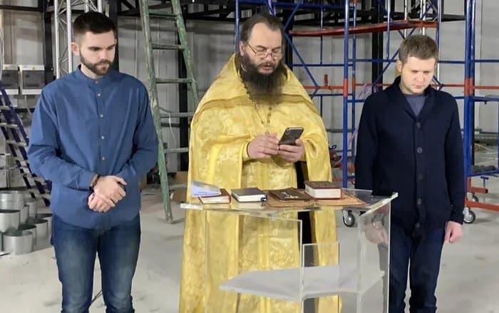 В новой студии телеканала «Спас», где будут снимать десятки проектов, совершили первый молебен