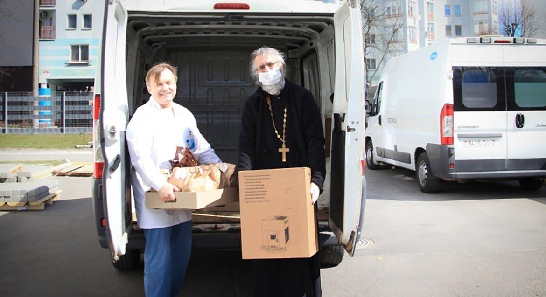 Белорусская Церковь помогает медикам медоборудованием, масками и кофе