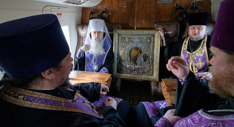 Санкт-Петербург облетели с чудотворной Казанской иконой