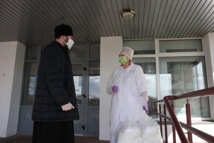 Православные Минска шьют для медиков средства защиты и жертвуют медоборудование