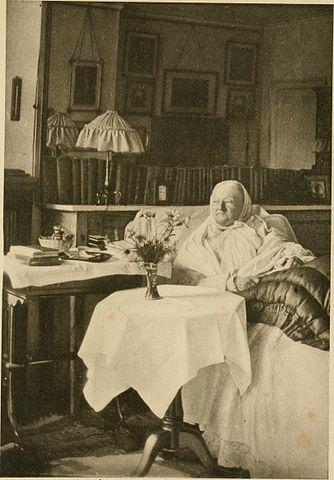 Комната мисс Найнтингейл, 1906. Среди картин на фоне – хромолитография окрестностей Севастополя