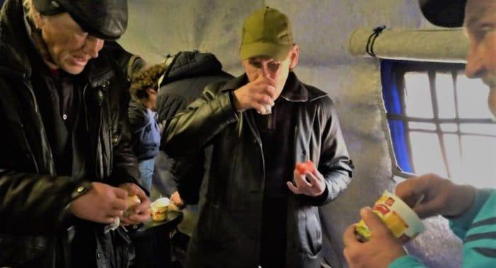 Москвичи и служба «Милосердие» дистанционно отмечают дни рождения с бездомными во время пандемии