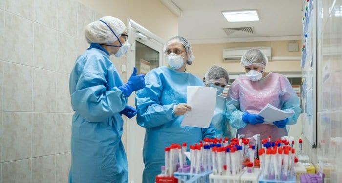 Суточная заболеваемость ковидом в России держится на уровне 22-23 тысяч случаев