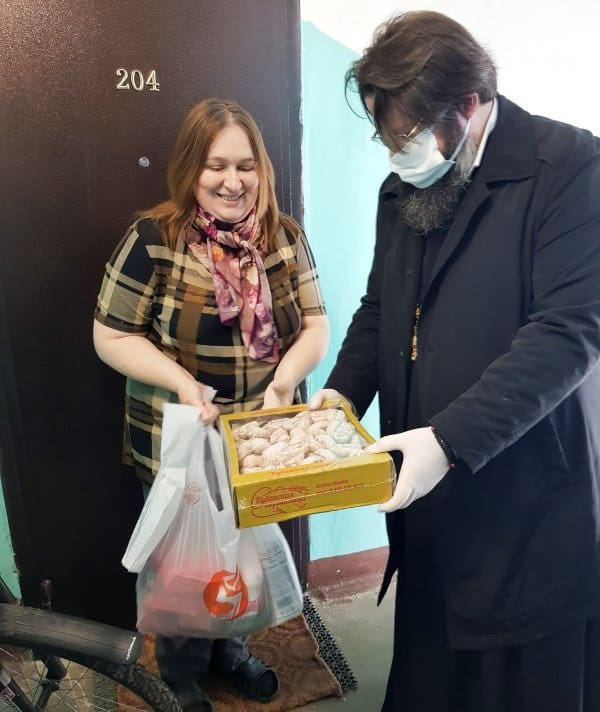 Митрополит Смоленский Исидор во время пандемии работает волонтером