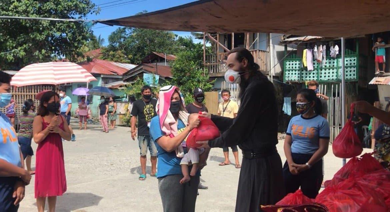 Православные священники помогают голодающим филиппинским семьям