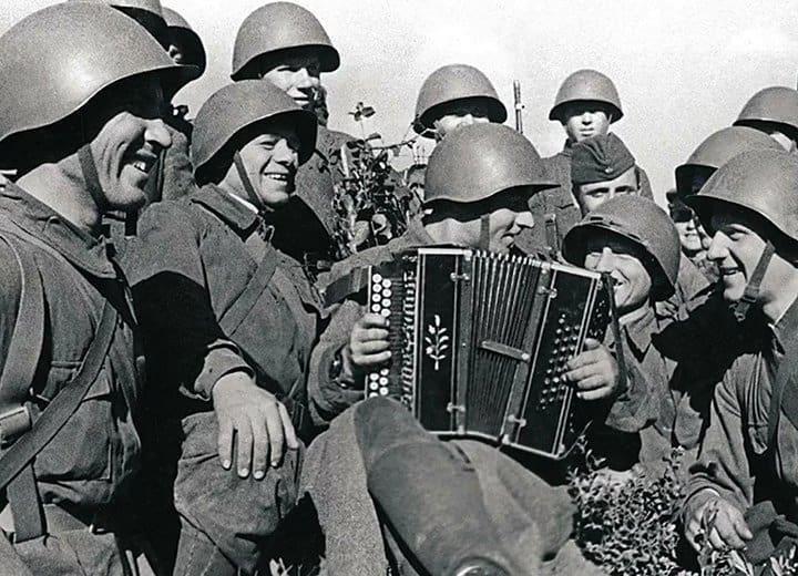 А вы точно хорошо помните любимые военные песни? Пройдите тест и проверьте себя!