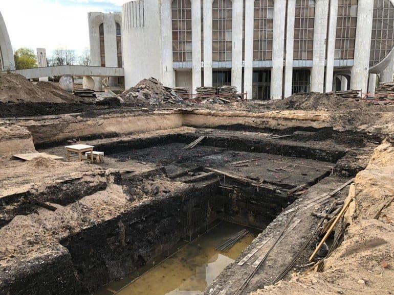 В Новгороде нашли остатки башни, крепостной стены и берестяные грамоты