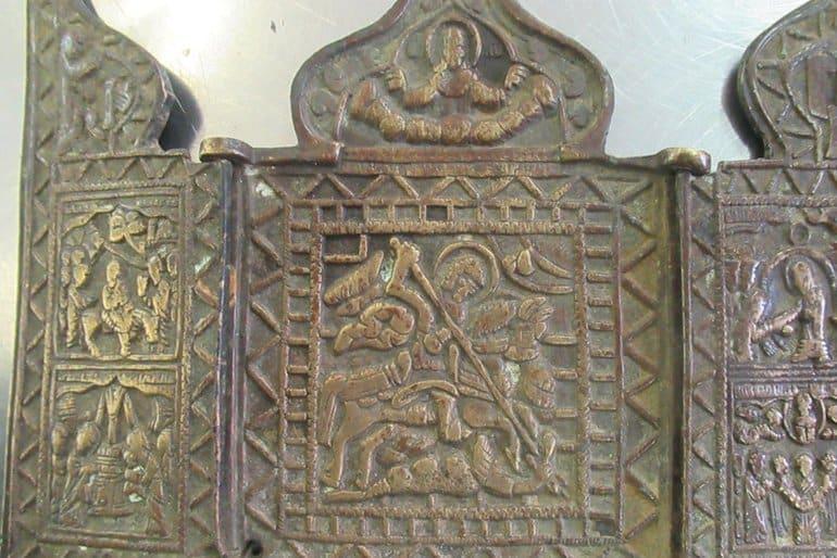 Пулковские таможенники не дали вывезти из страны древний крест и иконы