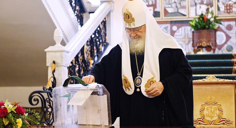 Патриарх Кирилл проголосовал за поправки в Конституцию, среди которых – упоминание Бога и понятие брака