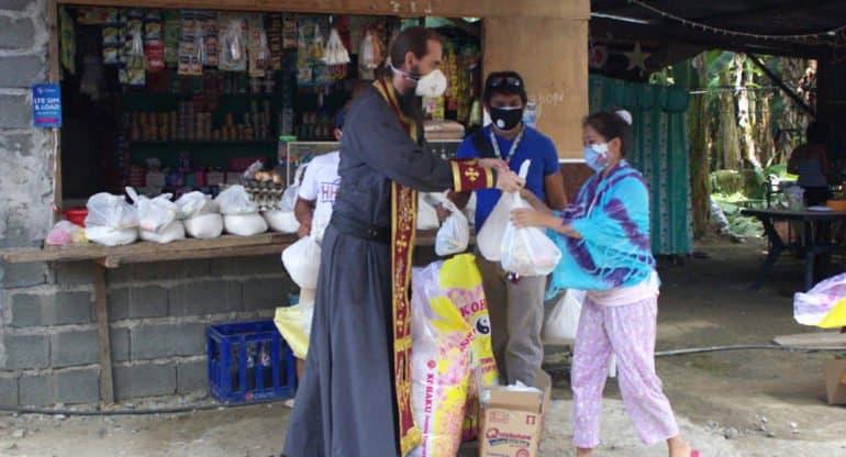 На Филиппинах в период пандемии Русская Церковь накормила сотни голодных семей