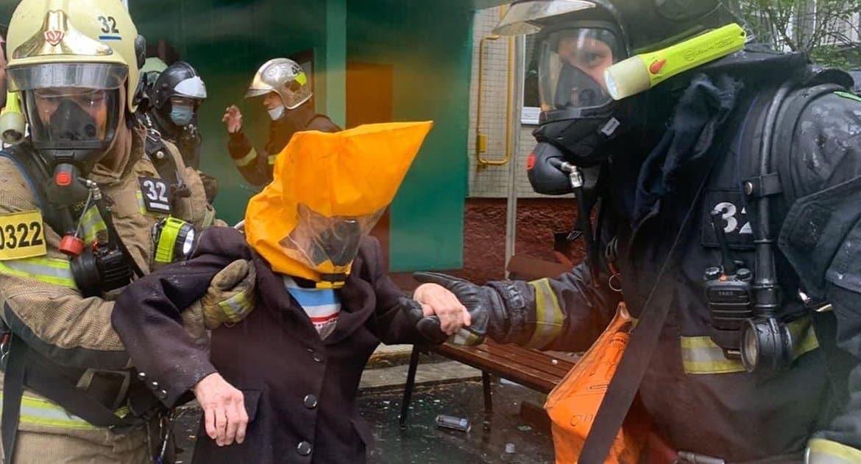 Пожарные спасли восемь человек после взрыва газа в Москве