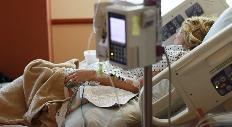 Коронавирусом в России болеет меньше 500 тысяч человек