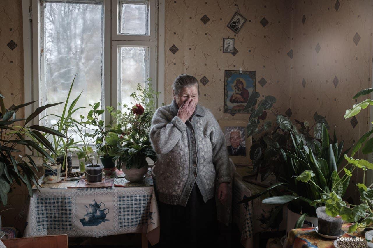 Зачем фотограф Екатерина Соловьева снимает чашки в сервантах деревенских бабушек