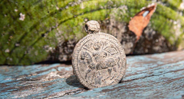 Уникальный византийский медальон со святым нашли на раскопках в Крыму