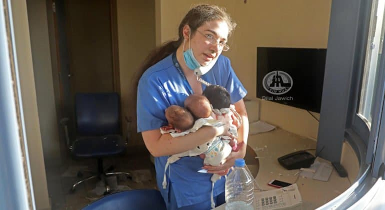 Медсестра спасла троих новорожденных младенцев при взрыве в Бейруте