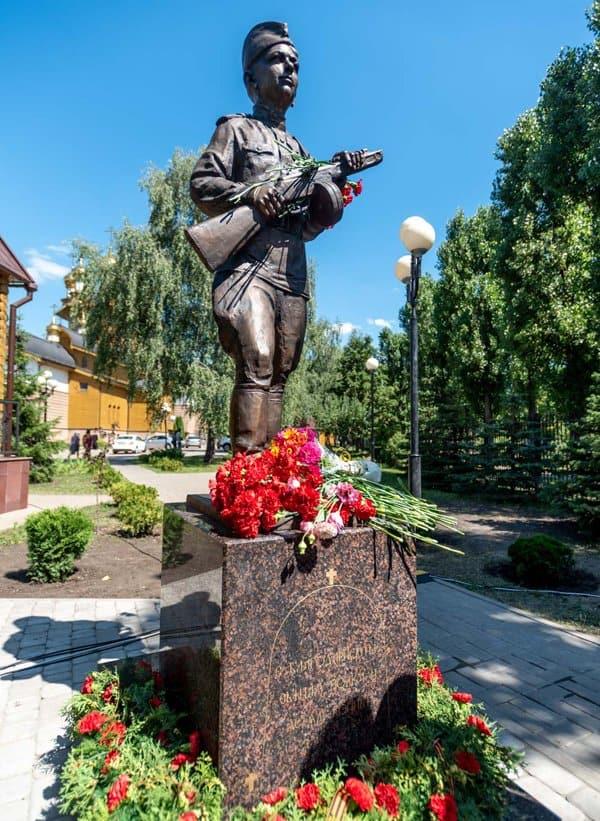 На территории белгородского храма открыли памятник детям войны