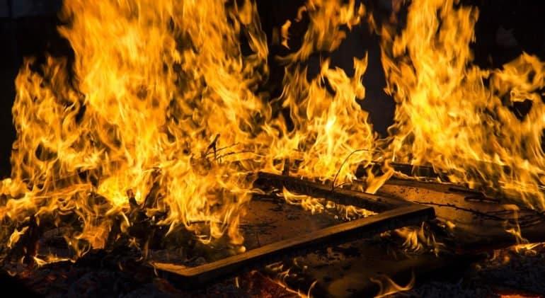 Румынский священник спас на пожаре двух пожилых людей