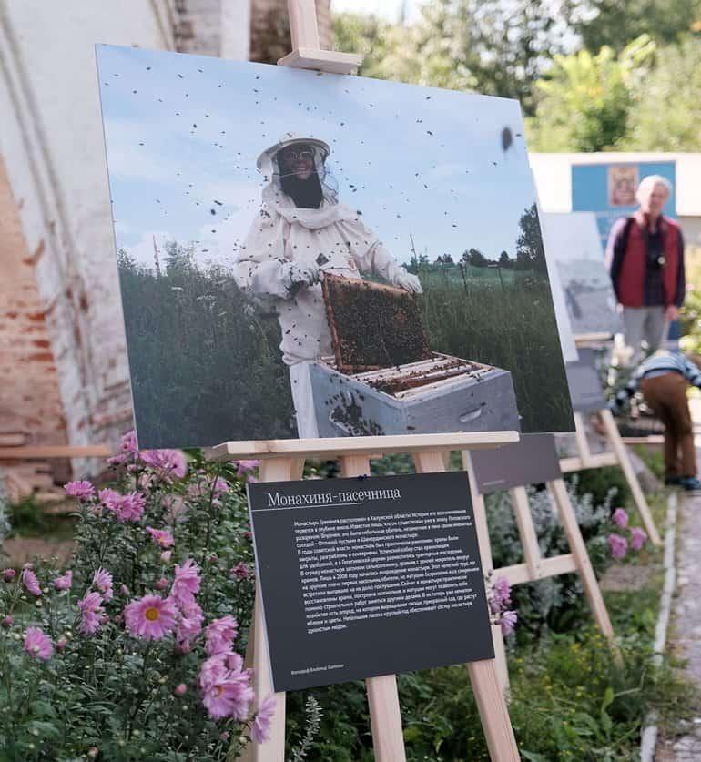 Выставку журнала «Фома» «Верующие» увидели в Горицком монастыре Переславля-Залесского