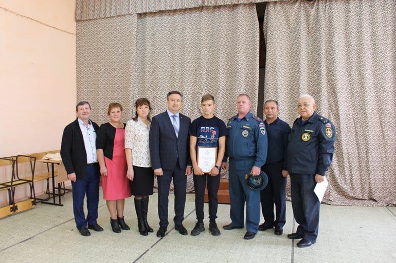 Двоих новосибирских парней наградили за спасение из огня пятерых детей