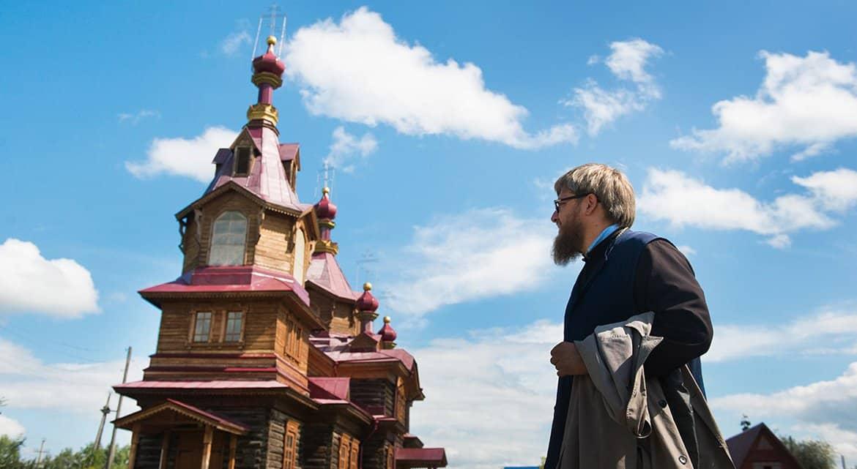 Красноярский священник помог собрать средства на лечение ребенка с ДЦП