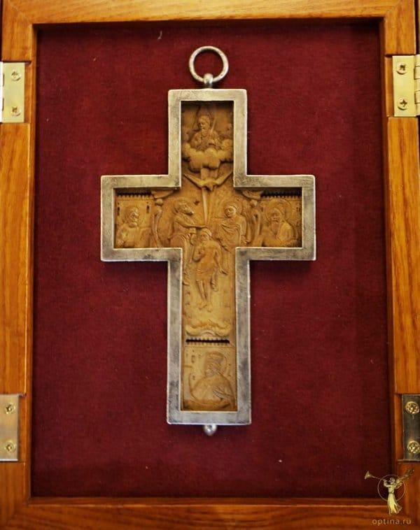 Крест-мощевик XVIII века вернули в Оптину пустынь