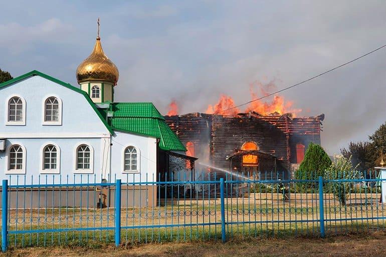 Сгорел один из старейших храмов Горловской епархии – Петропавловский собор XIX века