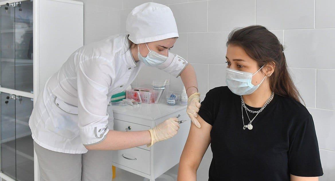 С 14 декабря в Москве на вакцинацию от коронавируса смогут записаться работники культуры, торговли и услуг