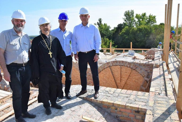 «Наша новая жемчужина»: в венгерском Хевизе власти помогают строить православный храм