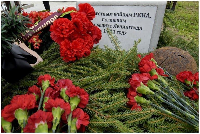 Останки защитников Ленинграда захоронили у петербургского храма