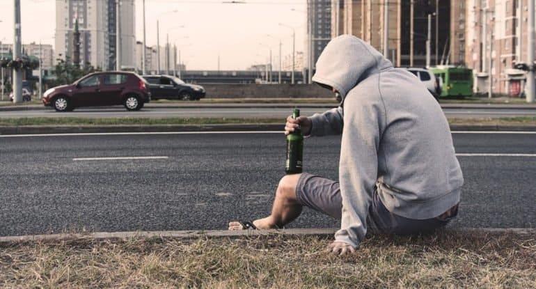 «Монахиня, скажи мне: кто лучше — Бог или дьявол?» — удивительный случай с пьяным парнем на остановке