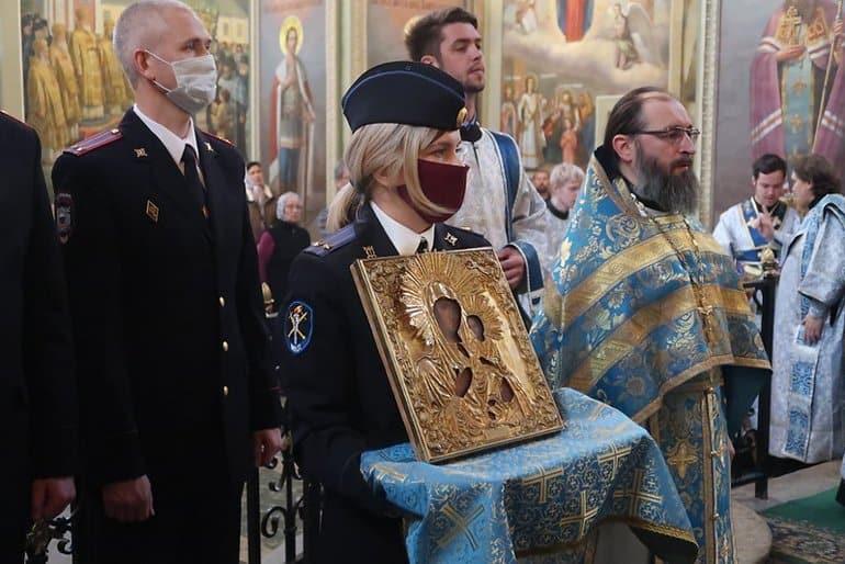 Полицейские отыскали и вернули Валдайскому монастырю икону, подаренную Президентом
