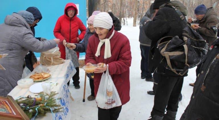 Омский храм организовал уличные пункты питания для бездомных