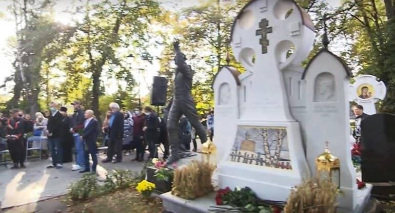 Художнику Илье Глазунову открыли памятник на Новодевичьем кладбище
