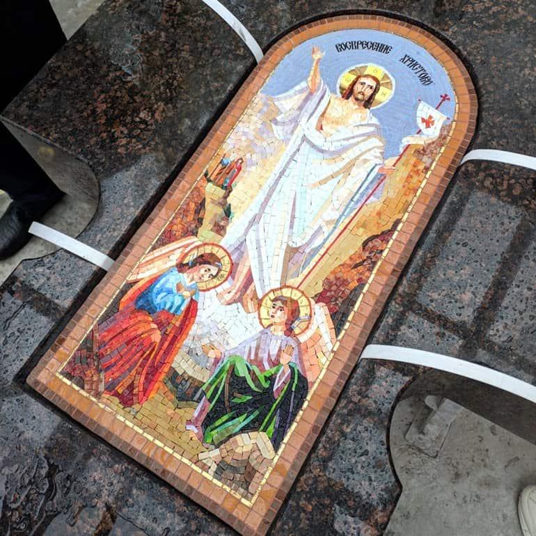 В память об узницах АЛЖИРА создали гранитный поклонный крест