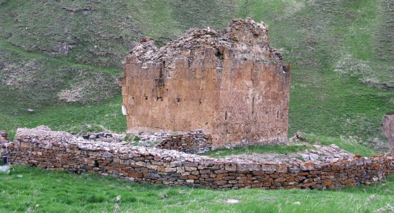 В Северной Осетии отодвинут реку, чтобы спасти «парящий над пропастью» древний храм