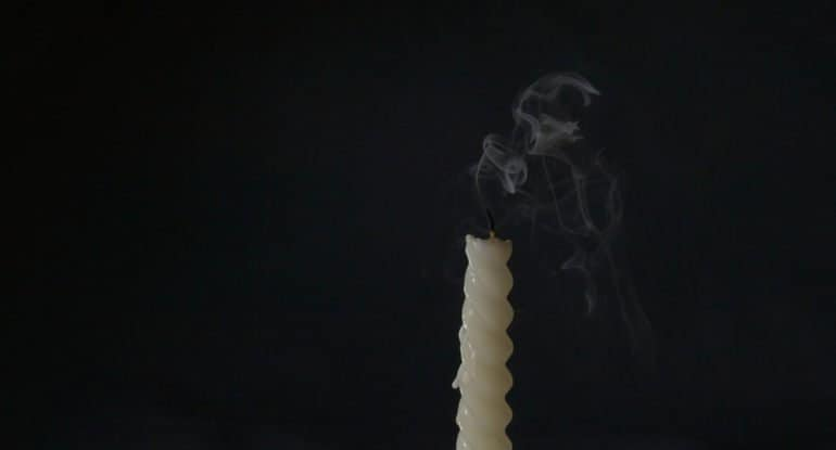 Поранила ногу на кладбище, упала свечка. Почему?