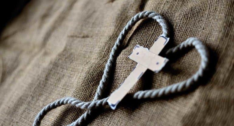 Жених говорит, чтобы я не носила крестик. Что делать?