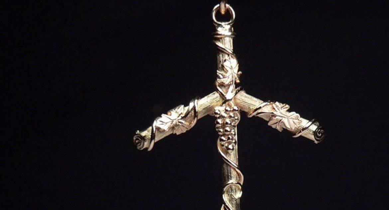 Чем обвит крест святой Нины?