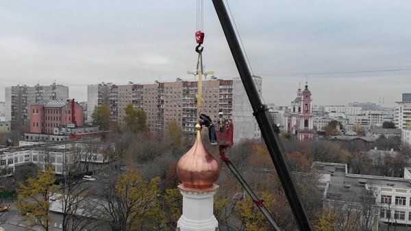 На купол строящегося храма установили крест