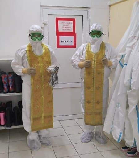 Священникам в 97 епархиях передали костюмы от коронавируса