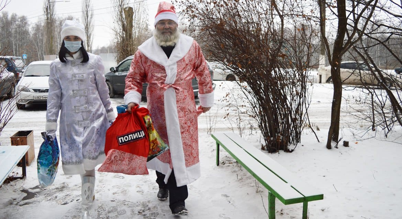 В Железногорске священник стал Дедом Морозом